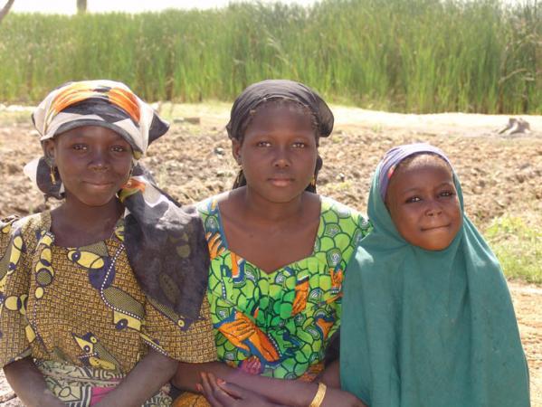 Girls in a village in Nigeria © IUCN Danièle Perrot-Maître
