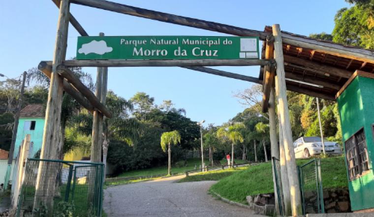 Floripa Centro_https://floripacentro.com.br/parque-do-morro-da-cruz-mirantes-brinquedos-e-trilhas-na-mata-atlantica-a-10-minutos-do-centro/