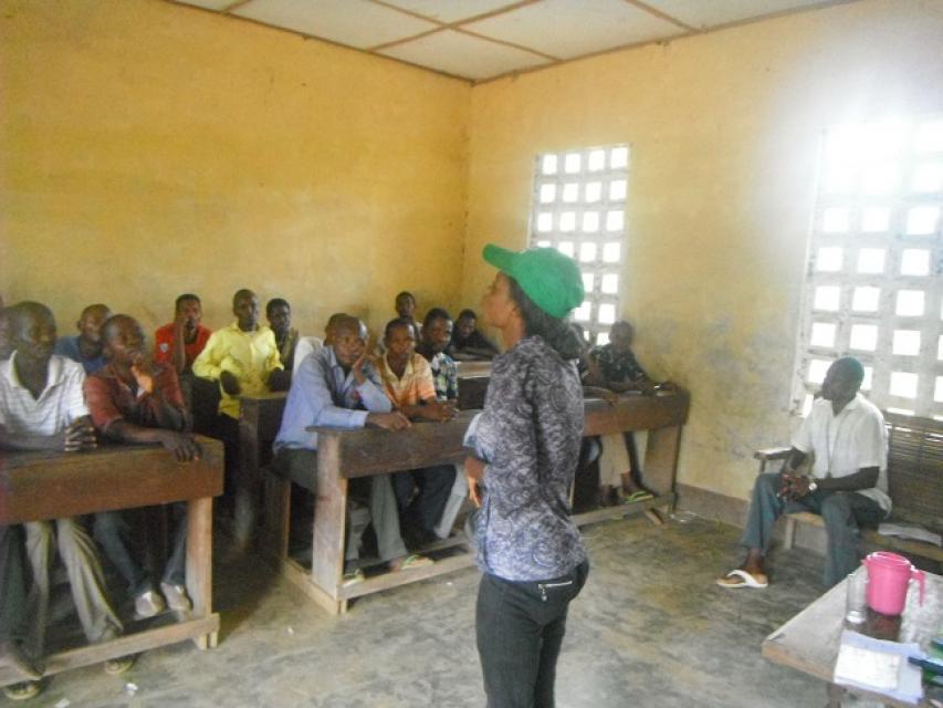 L'animatrice Fanny anime une sensibilisation auprès des communautés de Mondjondjo II